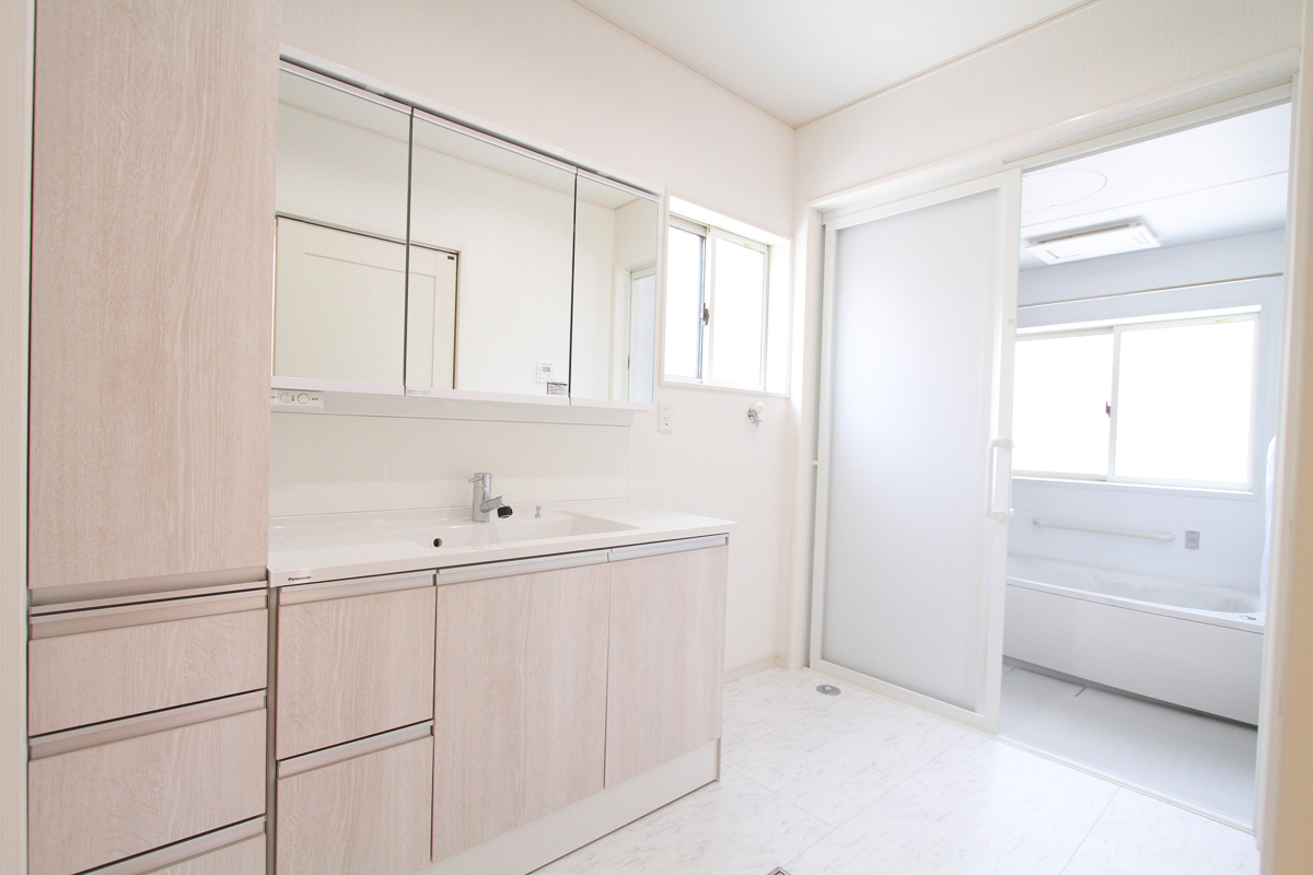 白を基調とした明るいバスルーム