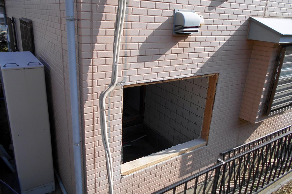 お風呂用の新しい窓あけます。