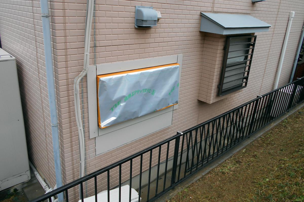 窓枠の設置が完了です。