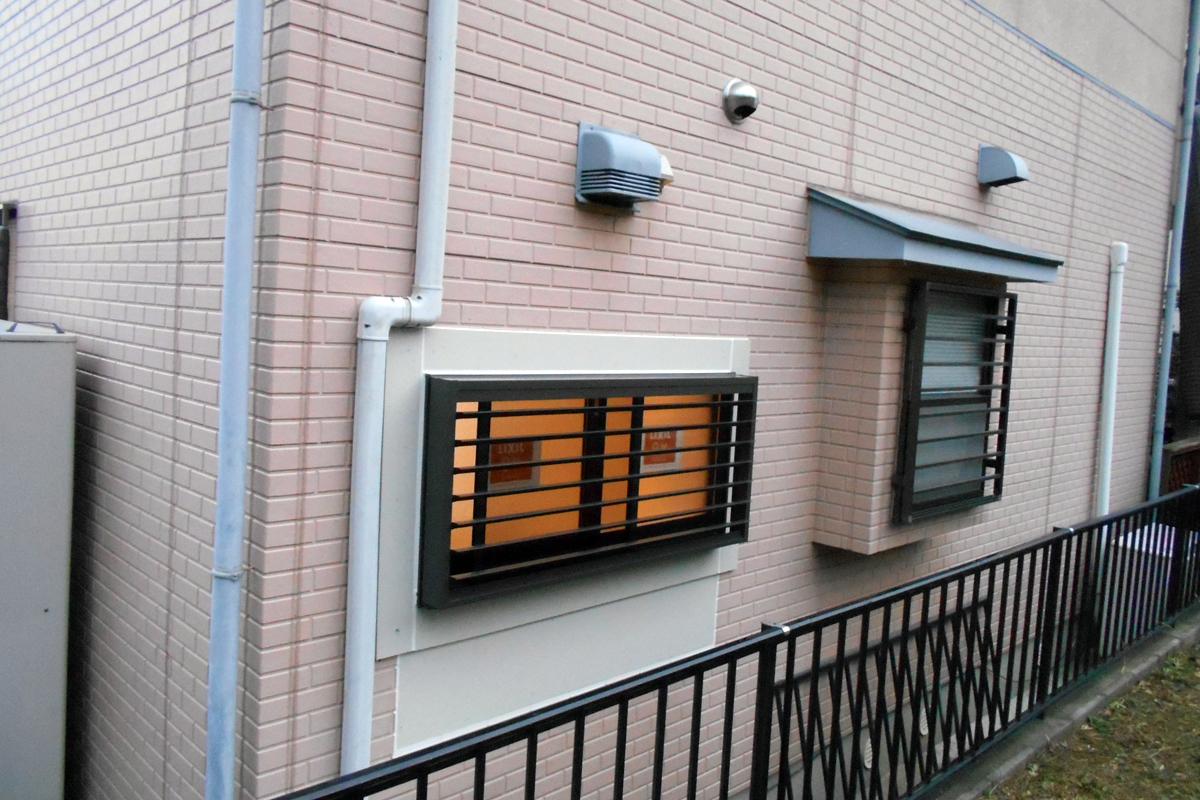 ルーバー付きの窓